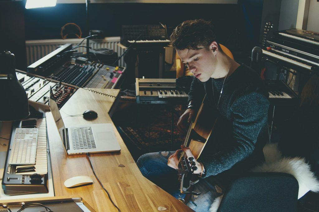音楽部屋でギターを弾く人