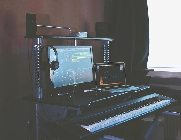 MIDIキーボードを置いたカッコいいパソコンデスク
